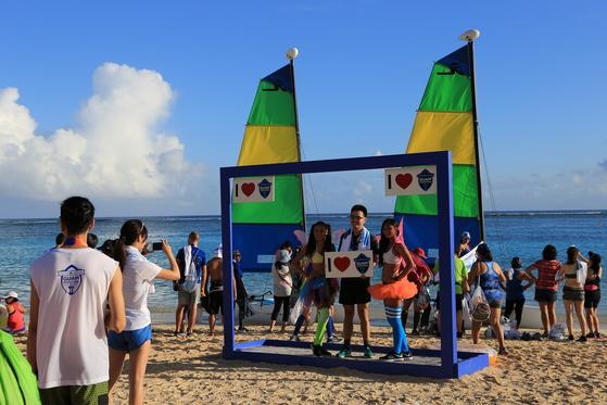 이파오 해변에서 기념사진을 찍는 마라톤 완주자.[사진 괌 마라톤]