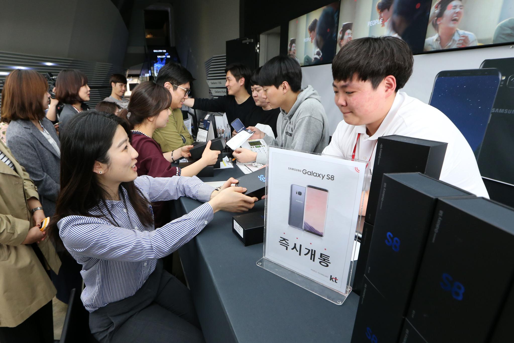 '갤럭시S8'과 '갤럭시S8+ '가 공식 국내출시된 21일 서울 광화문 Kt 스퀘어 매장.조문규 기자