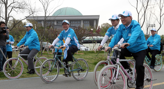 바른정당은 21일자전거 유세단을 발족했다. 유승민 후보(왼쪽둘째)와 김무성 의원(오른쪽) 등 당직자가 발대식에 앞서자전거를 타고 있다. 강정현 기자