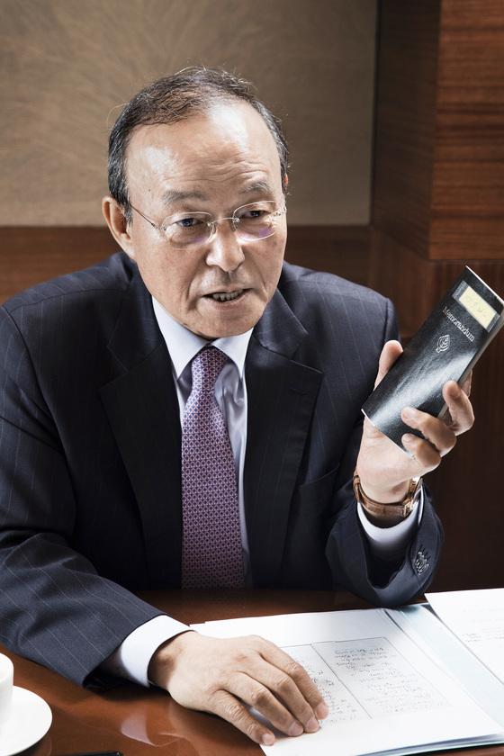 송민순 전 외교통상부 장관이 20일 과거 사용했던 수첩을 들고 2007년 유엔 북한인권결의안 찬반 투표 전 상황을 설명하고 있다. 장진영 기자
