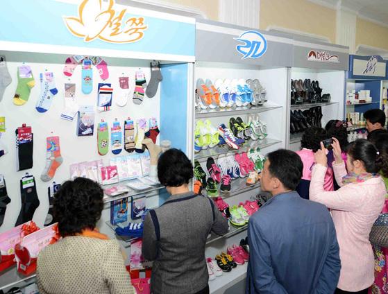 지난 6일부터 평양 평천구역에서 산업 디자인 관련 전시회 열렸다. 올해로 6번째인 전시회는 2012년부터 매년 4월 열렸다. 전시회에는 각종 장식·상표도안 2400여 점이 출품되었다. [사진=조선의 오늘]