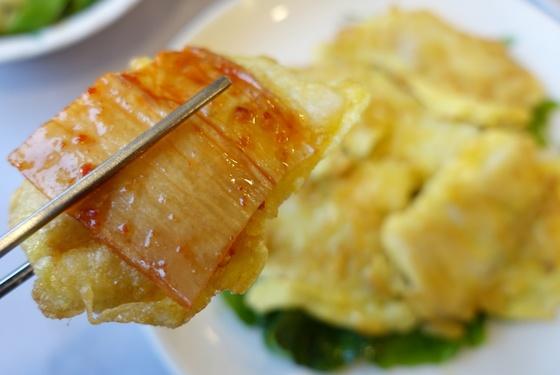 민어 요리로 나라 안에서 가장 유명한 목포 '영란횟집'에서 이번에 먹은 음식 가운데 가장 맛있다고 느낀 한 점. 민어전과 묵은지다.