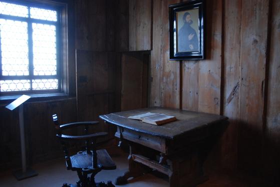 루터가 숨어서 라틴어 성경을 독일어로 번역했던방. 당시 루터의 모습을 그린 그림이 걸려 있다.