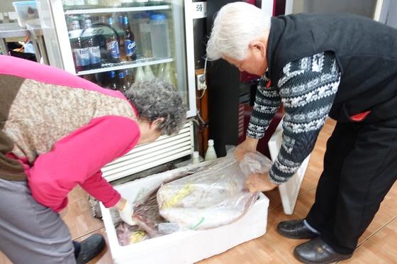 덕인집 주인 부부가 흑산도 홍어중매인이 보낸 홍어 포장을 풀고 있다. 10~12kg 암치 3마리가 들어있다.