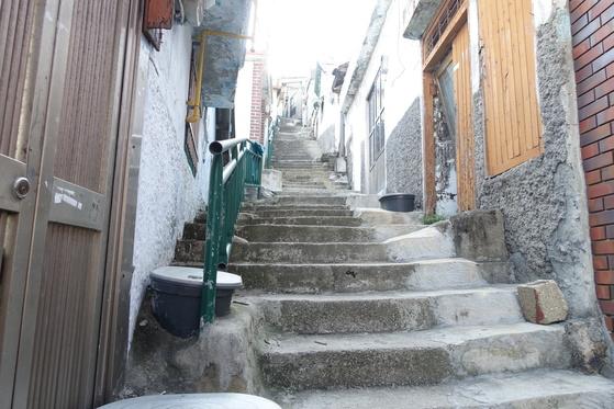 목포에서 손꼽히는 달동네 서산동 비탈 마을의 끝이 보이지 않는 계단. 식수도 화장실도 이 계단을 오르내려야 해결되던 삶을 지금은 상상이나 할 수 있을까.