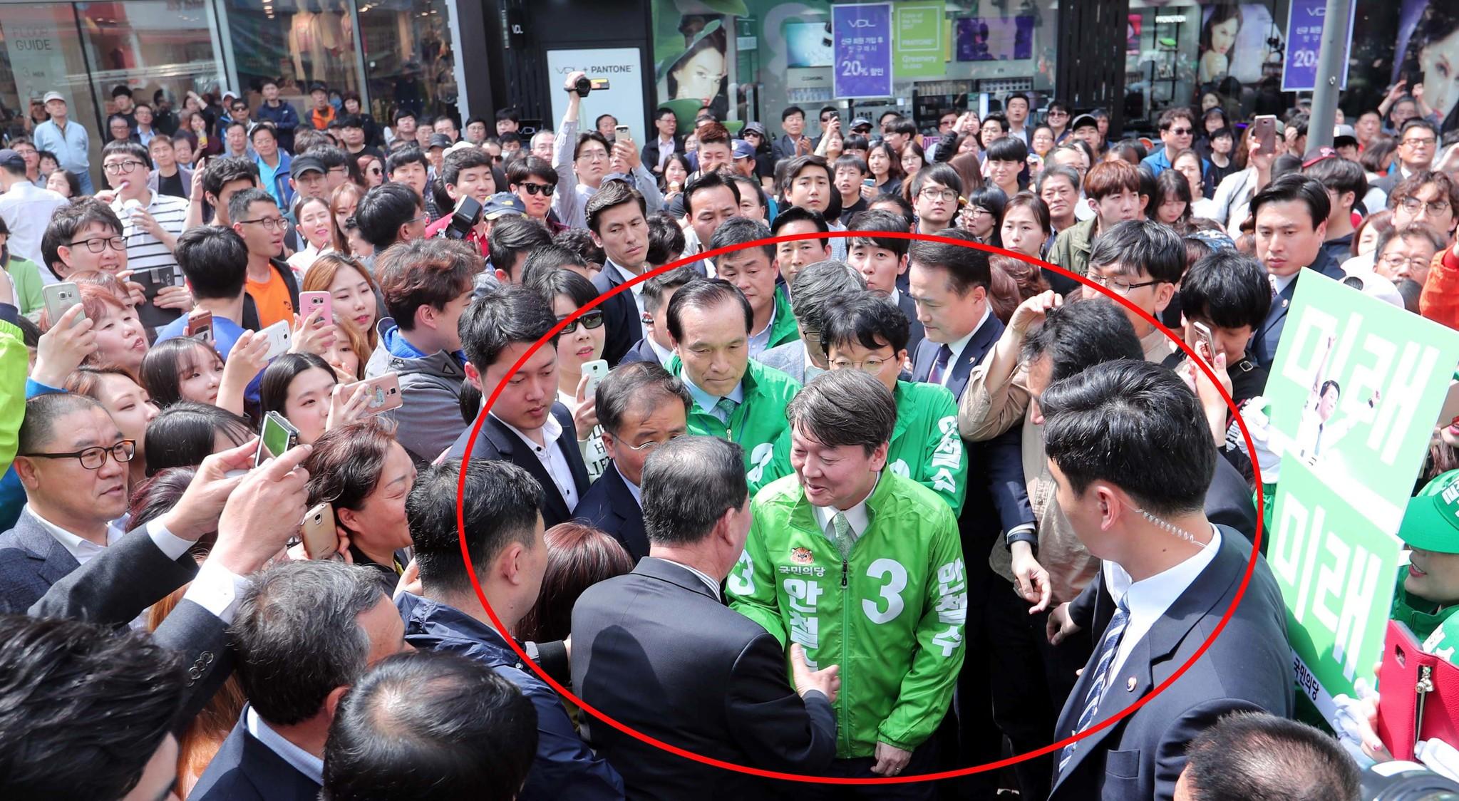안철수 국민의당 후보가 18일 오후 대구 동성로 대구백화점 앞에서 단상으로 향하며 지지자들과 인사하고 있다. 안 후보와 지지자들 사이엔 당직자들의 벽이 가로막혀있다.박종근 기자