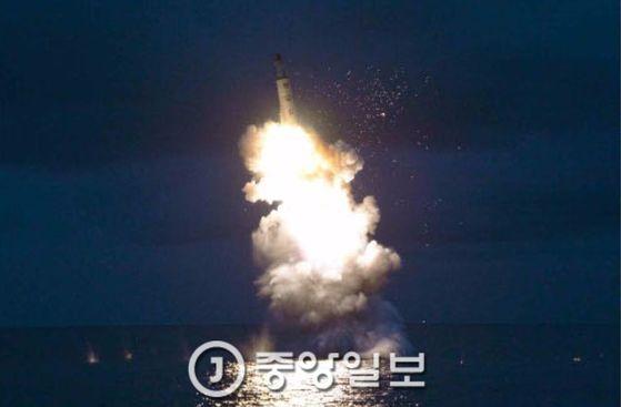 지난해 8월북한 노동신문이게재한 잠수함발사탄도미사일(SLBM) 수중 시험발사 장면. [중앙포토]