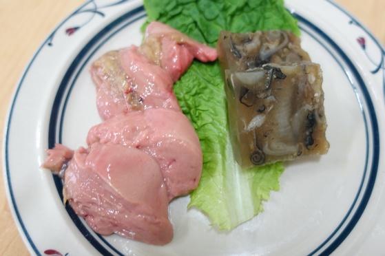 빛깔 고운 홍어 애와 껍질묵. 묵은 홍어 껍질과 자투리 살을 달여서 굳혔다.