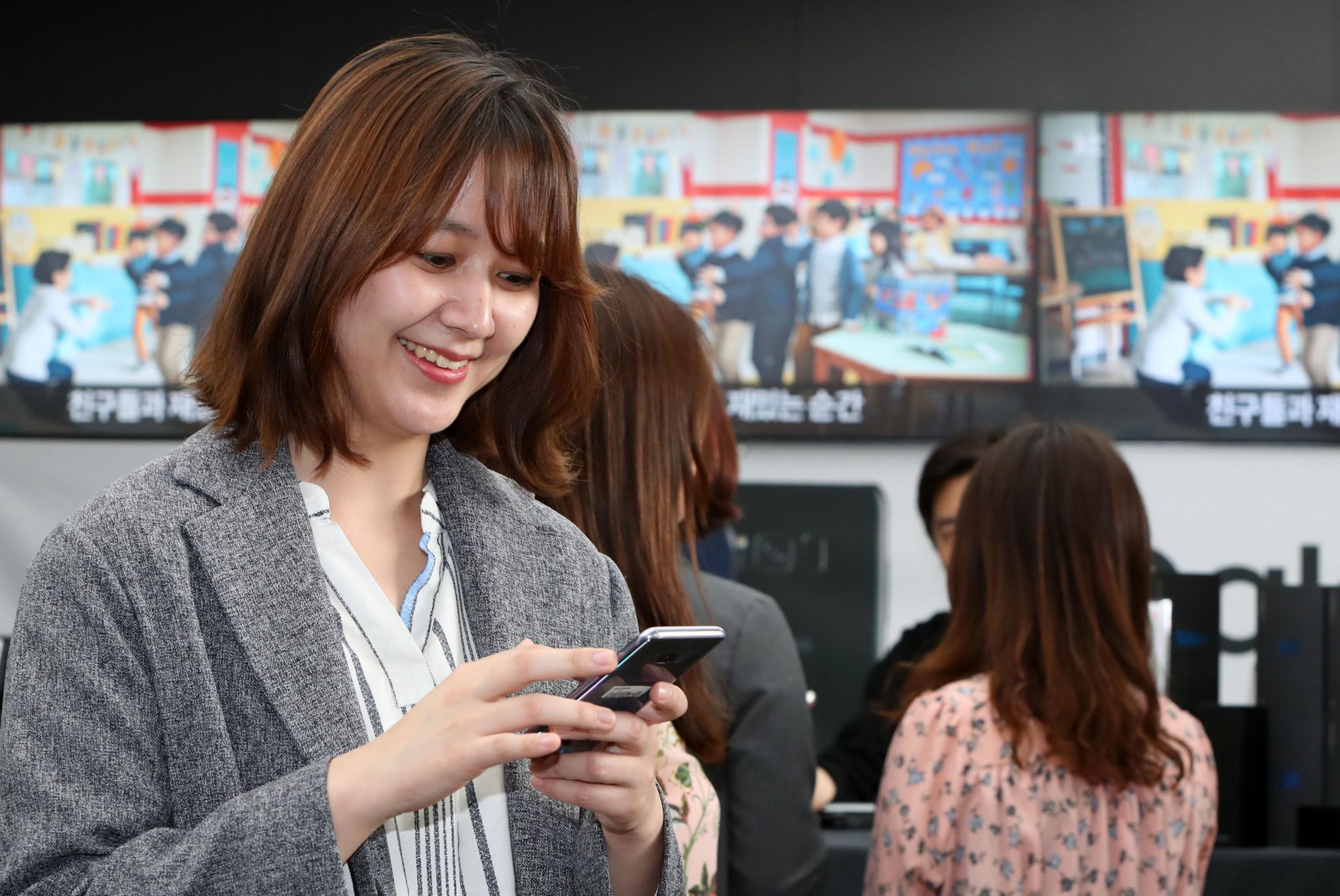 '갤럭시S8' 시리즈'가 21일 공식 국내출시됐다.사진은 이날 오후 서울 광화문 Kt 스퀘어 매장.조문규 기자