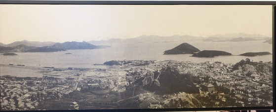 유달산 정상쯤에서 본 1930년대 목포. 삼학도와 목포진 터(3시 방향)·노적봉(6시 방향)·목포역(9시 방향)이 보인다. 목포역과 철길은 이때 바다와 호수를 양 옆에 끼고 물 가운데 있다. 삼학도와 입암산(10시 방향)을 연결하는 둑을 쌓는 간척이 1973년 완공되면서 이 일대는 모두 시가지가 됐다. 목포 근대역사관 전시 사진을 촬영했다.