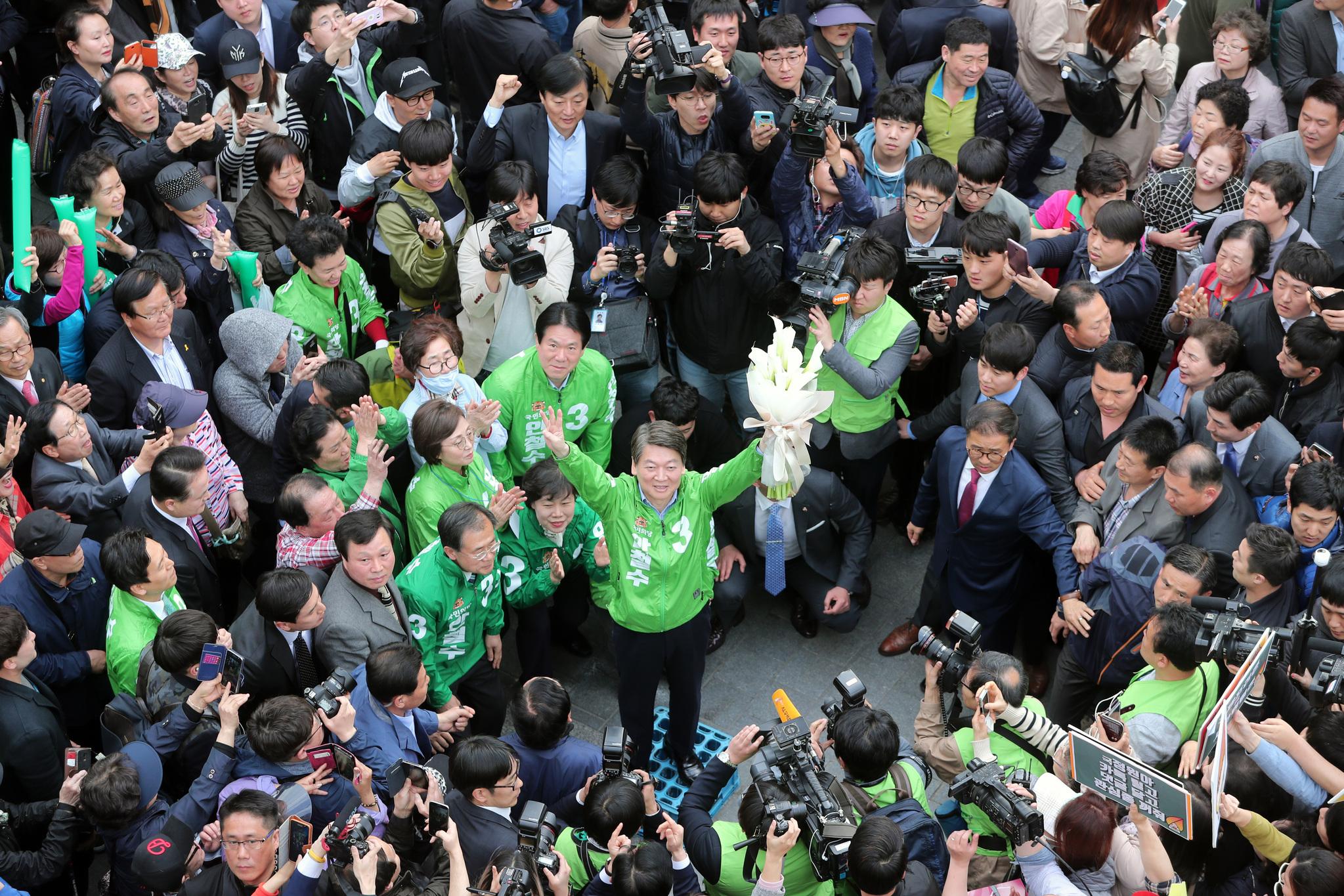 안철수 국민의당 후보가 20일 서울 남대문시장을 방문해서는 이례적으로 시민들 사이로 들어갔다. 하지만 안 후보 주위는 여전히 당 관계자들이 몰려있었고, 다른 당 관계자는 몸으로 지지자들의 접근을 막기도했다.박종근 기자