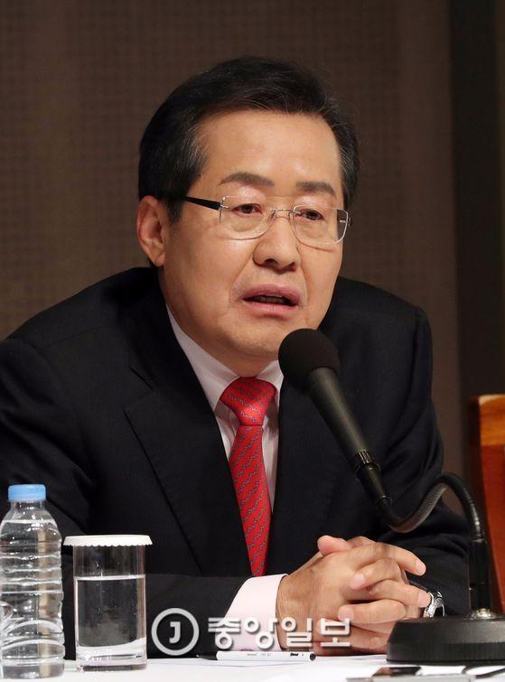 21일 관훈토론회에서 발언 중인 홍준표 자유한국당 대선 후보. 김성룡 기자