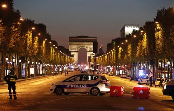 20일 오후 파리 샹젤리제 거리에서 총격 테러가 발생해 대선을 앞두고 변수로 등장했다.