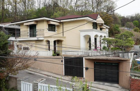 박근혜 전 대통령은 구속 18일 전인 지난달 13일 내곡동 새집을 사들였다. 거래가격은 28억원이다.내곡동 집은 대지면적 406㎡(약 122평)의 2층 단독주택으로 삼성동 집과 비슷한 규모다. [김상선 기자]
