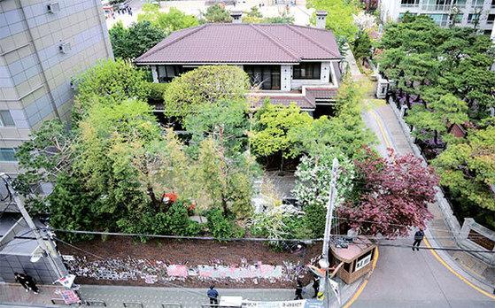 삼성동 집은 구속 사흘 전인 지난달 28일 67억5000만원에 팔렸다.[뉴시스]