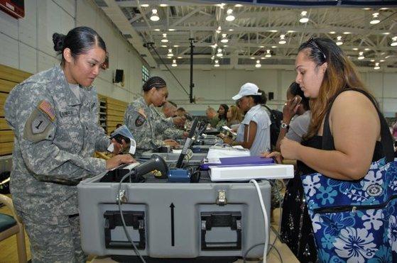 2012년 상반기 NEO 훈련. 이처럼 미국 민간인은 훈련 통보를 받으면 지정 대피소에 모여 서류 심사를 받는 절차를 숙달한다. [사진 미 육군]