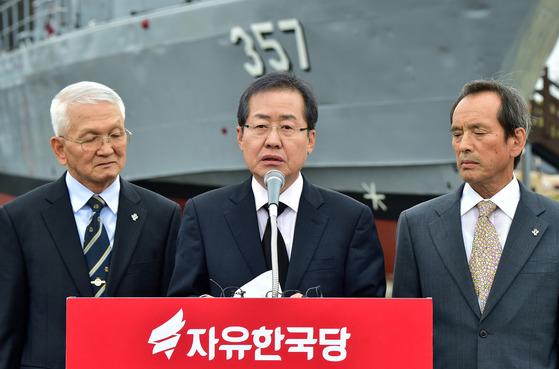홍준표 자유한국당 대선 후보가 20일 오후 경기 평택 해군2함대를 찾아 보훈 안보공약을 발표하고 있다. [사진=아시아투데이 이병화 기자]