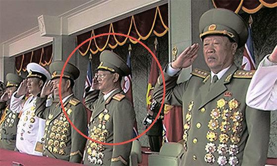 지난 15일 평양 김일성광장에서 열린 열병식 주석단에 숙청설이 제기됐던 김원홍(빨간 원)이 대장(별4개) 계급장을 단 채 등장했다. [사진 조선중앙TV 캡처]