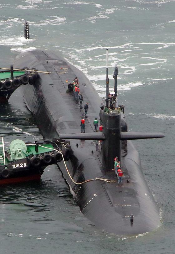 미국의 핵 추진 잠수함 미시간함이 25일오전 부산 앞바다에 모습을 드러냈다. 송봉근 기자