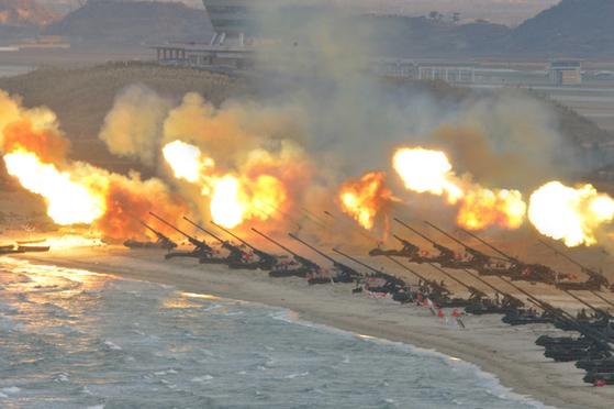 북한이 지난해 3월 강원도 원산 갈마비행장 앞 해안에서 장거리포병대집중화력타격연습을 실시하고 있다. [사진=노동신문]