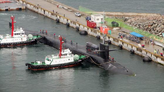부산 해군 작전사령부 부산 기지에 25일 입항한 미시간함. 송봉근 기자