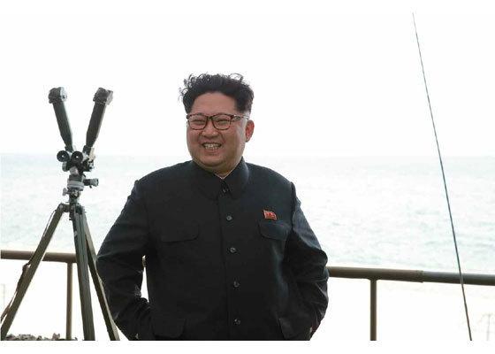 김정은 노동당 위원장이 지난해 4월 잠수함 발사 탄도미사일(SLBM) 발사 시험을 참관하고 있다. [사진=노동신문]