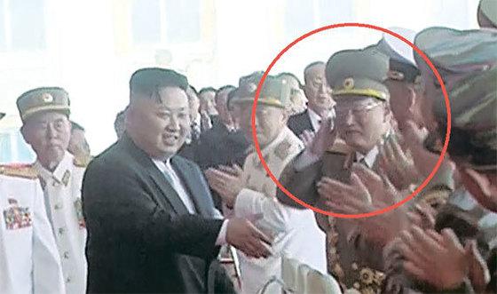 김원홍이 김정은 위원장의 인사를 받고 거수경례를 하고 있다. [사진 조선중앙TV 캡처]