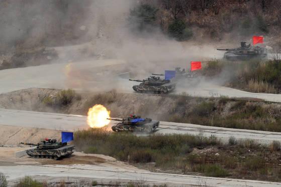 훈련에 나선 K2 전차가 공격 교두부를 마련했고 이어서 진격한 전차들이 목표지역으로 고속 기동하며 포를 쏘고 있다. [사진 김경록 기자]