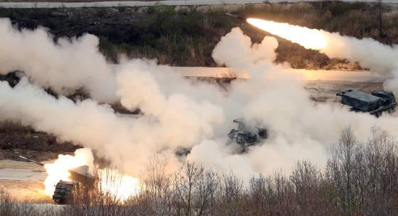 2017년 통합화력격멸훈련이 26일 오후 경기도 포천시 승진훈련장에서 진행됐다. MLRS가 일제히 로켓을 발사하고 있다. [사진 김경록 기자]