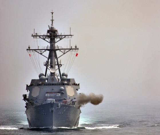 25일 서해에서 열린 한ㆍ미 연합 해상훈련에서 미 해군의 웨인 메이어함이 5인치 함포사격을 하고 있다. [사진 해군]