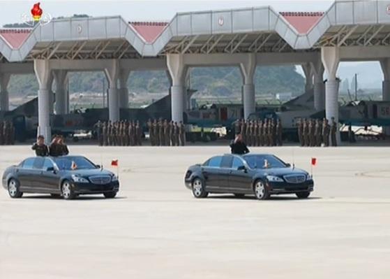 김정은 북한 노동당 위원장이 지난 25일 군 창건일을 맞아 열린 합동타격훈련에 앞서 갈마비행장에서 사열하고 있다. [사진=조선중앙TV 캡처]