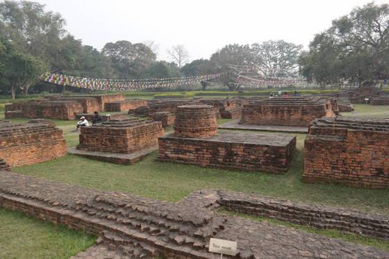 불교 성지인 룸비니 동산에는 사원과 탑들의 유적이 남아 있다. 상당한 규모의 사원이 옛날 이곳에 있었다.