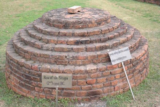 룸비니 동산에 남아 있는 스투파(탑)의 유적. 붓다의 탄생지에다 기원전 2세기에 세운 탑이다.