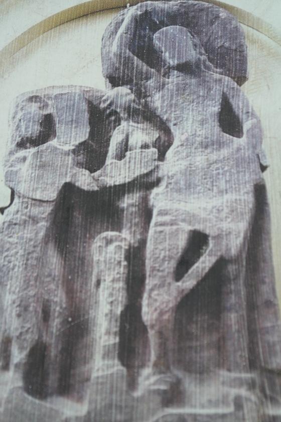 마야 데비 사원 안에 새겨놓은 마야 부인의 출산 모습. 1700년 전 이 부조가 새겨졌다고 한다.