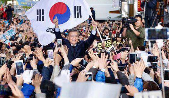더불어민주당 문재인 대선 후보가 지난 22일 부산 서면에서 유세를 펼치고 있다. [사진 더불어민주당]