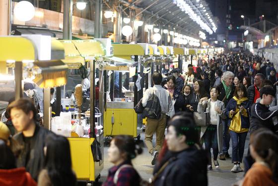 대구 서문시장 야시장을 찾은 시민들로 시장이 붐비고 있다.프리랜서 공정식