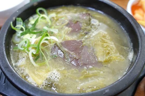 형제옥 음식 중 가장 자주 먹는 소뼈해장국. 선지 덩이 아래 살이 두툼하게 붙은 등뼈 토막이 두어 개 들어있다.
