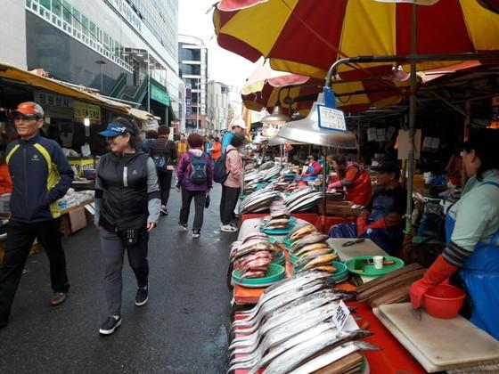지난 25일 자갈치 시장에서 상인들이 생선을 팔고 있다. 이은지 기자