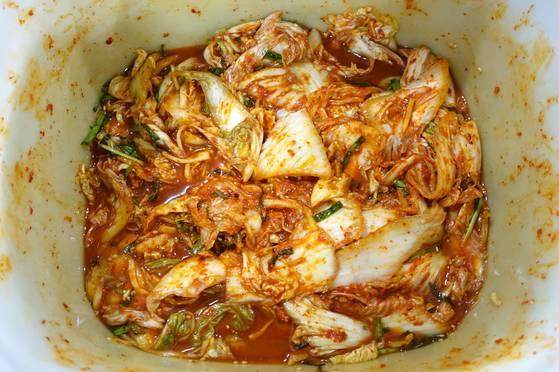 김치는 하루 쓸 만큼만 매일 담가 하루 밤을 재워서 쓰기 때문에 맛이 늘 일정하다.