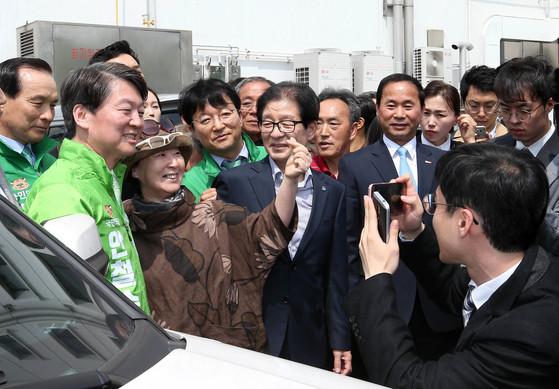 안철수 국민의당 대선후보가 18일 대구 서문시장을 방문해 시민과 기념사진을 찍고있다. [국회사진기자단]