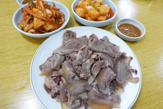 지난달 24일 점심에 먹은 수육 중(2만원). 간장·겨자·고춧가루·파·마늘 등으로 만든 소스가 색다르다.