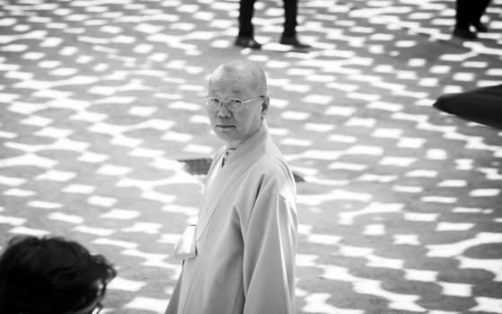 """연등이하늘을 덮은 조계사 뜰에 지홍 스님이 섰다. 지홍 스님은 """"지역과 시대와 상황에 맞게끔 제도와 형식을 끝없이 바꾸어 왔던 게 불교의 역사""""라고 강조했다. 권혁재 사진전문기자"""