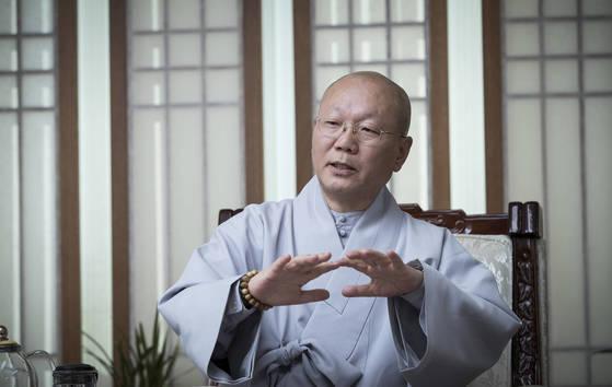 """지홍 스님은 """"불교는 지혜를 닦고 자비를 실천하는 종교다""""고 말했다. 권혁재 사진전문기자"""