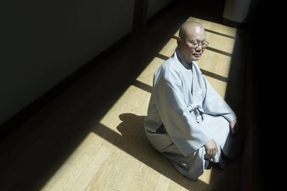 """지홍 스님은 """"깨달음의 세계가우리의 일상을 떠나 따로 존재하지 않는다""""고 말했다. 권혁재 사진전문기자"""
