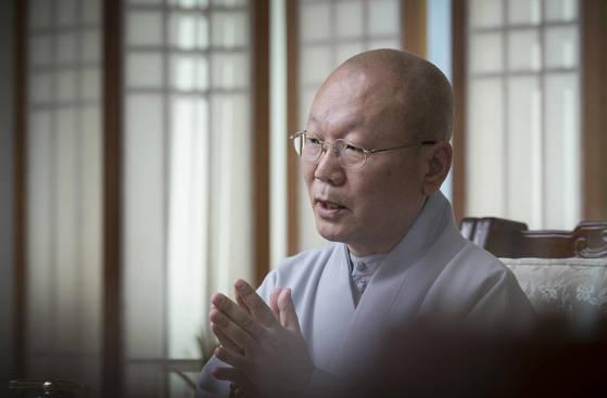 """지홍 스님은""""수행의 일상화를 위해 모든 사람이 붓다다, '붓다로 살자'는 운동을 펼치고 있다""""고 말했다. 권혁재 사진전문기자"""