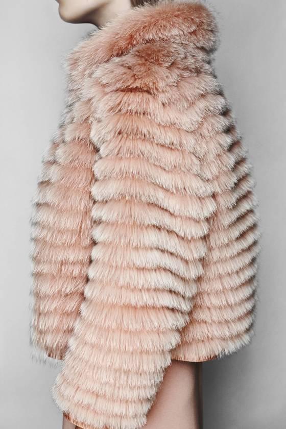 정부로부터 사냥을 허가받은 사냥꾼이 잡은 모피만을 사용해 초경량으로 만든 '겜미'의 코트. 모피를 가벼운 섬유에 한줄씩 층층이 붙여 모피의 화려함은 살리고 무게는 줄였다. [사진 겜미]