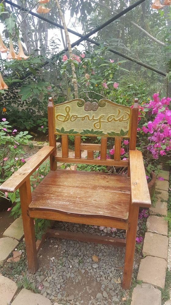 소냐스가든 온실 안에 놓인 의자.