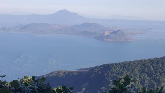 화산 안에 호수가, 그 안에 화산이 있는 타알화산. 활화산이다.