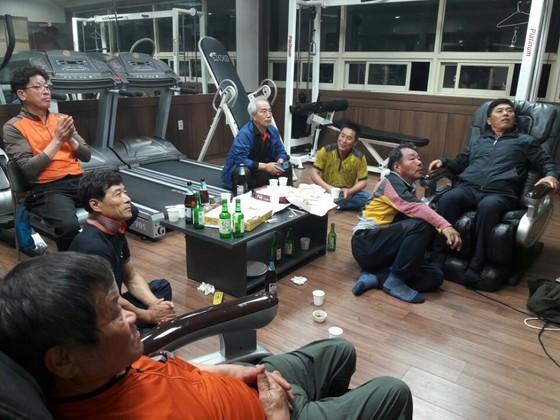 9일 오후 8시 경남 김해 봉하마을 주민들이 마을회관에 모여 개표방송을 지켜보고 있다. 김해=이은지 기자