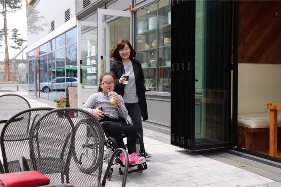 휠체어를 타는 지민이는 토도드라이브 덕에 한손에 음료수잔을 들고 산책을 할 수 있게 됐다. [사진 토도웍스]